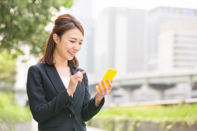 japanese-business-woman-holding-a-smart-phone
